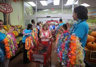 trader-joes-workers-1